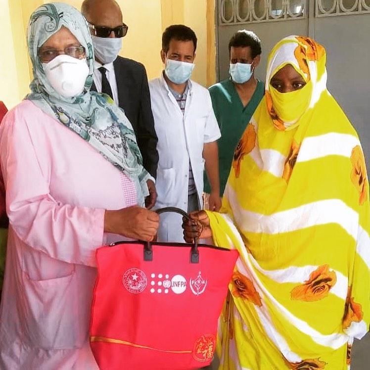 """Distribution de kits d'accouchements : 5 000 femmes et 25 structures de santé visées par l'opération """"Halte aux décès maternels""""."""